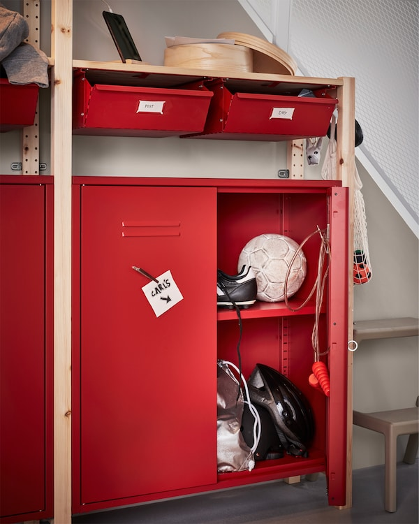 松木搁架单元配红色的抽屉和储物柜。KUNGSFORS 康福斯 磁铁夹将一张便签纸吸附在其中一扇门上。