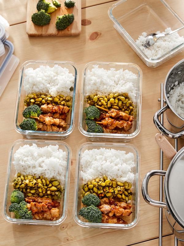 台面上的 IKEA 365+ 玻璃烤盘上摆满了家庭自制的食物,有米饭、豆子、西兰花和鸡肉。