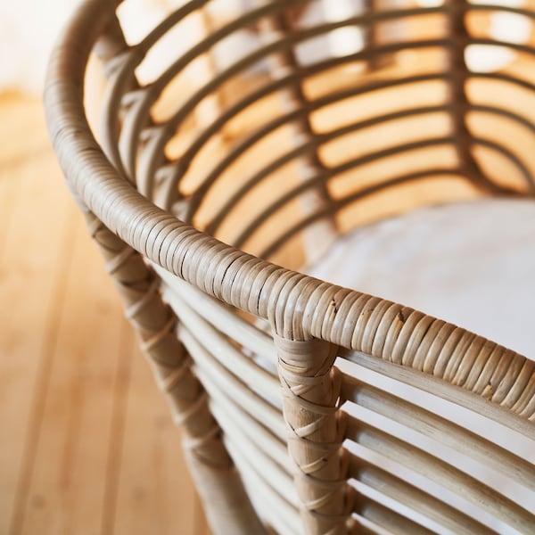 特写:BUSKBO 布克伯 扶手椅的靠背呈弧形,通风透气,配有水平藤条作为支撑,顶端包裹严密。