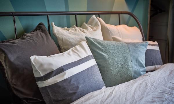 特写:床上铺着灰色调床上用品。