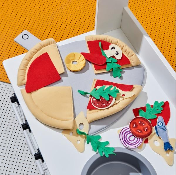 特写:DUKTIG 杜克迪 披萨24件套中的许多玩具组件,如土豆、鱼和洋葱。