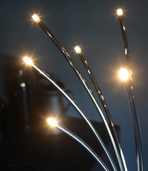 特写:落地灯的底座为不锈钢材质,顶部为闪闪发光的LED灯,看起来就像萤火虫一般。
