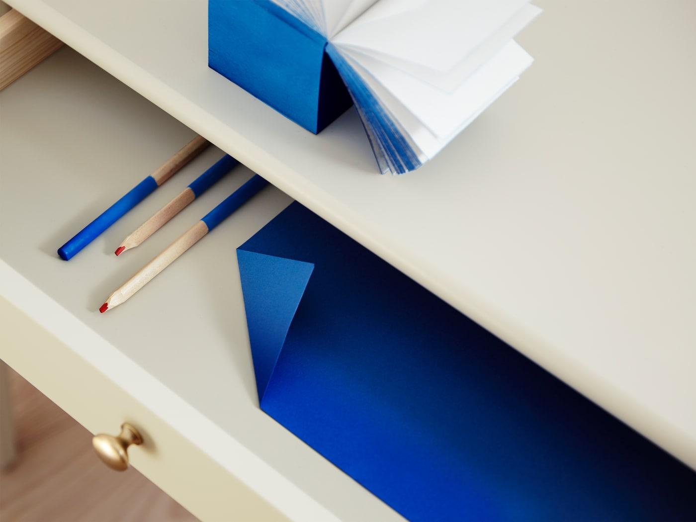 特写:LOMMARP 鲁马尔普 传统风格书桌的大号抽屉,上面还设有圆把手。