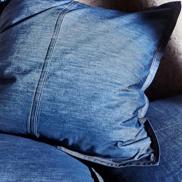 特写:SISSIL 希席勒 垫套采用蓝色印染牛仔布制成,并从牛仔裤获得启发,添加了棕色接缝线等细节。