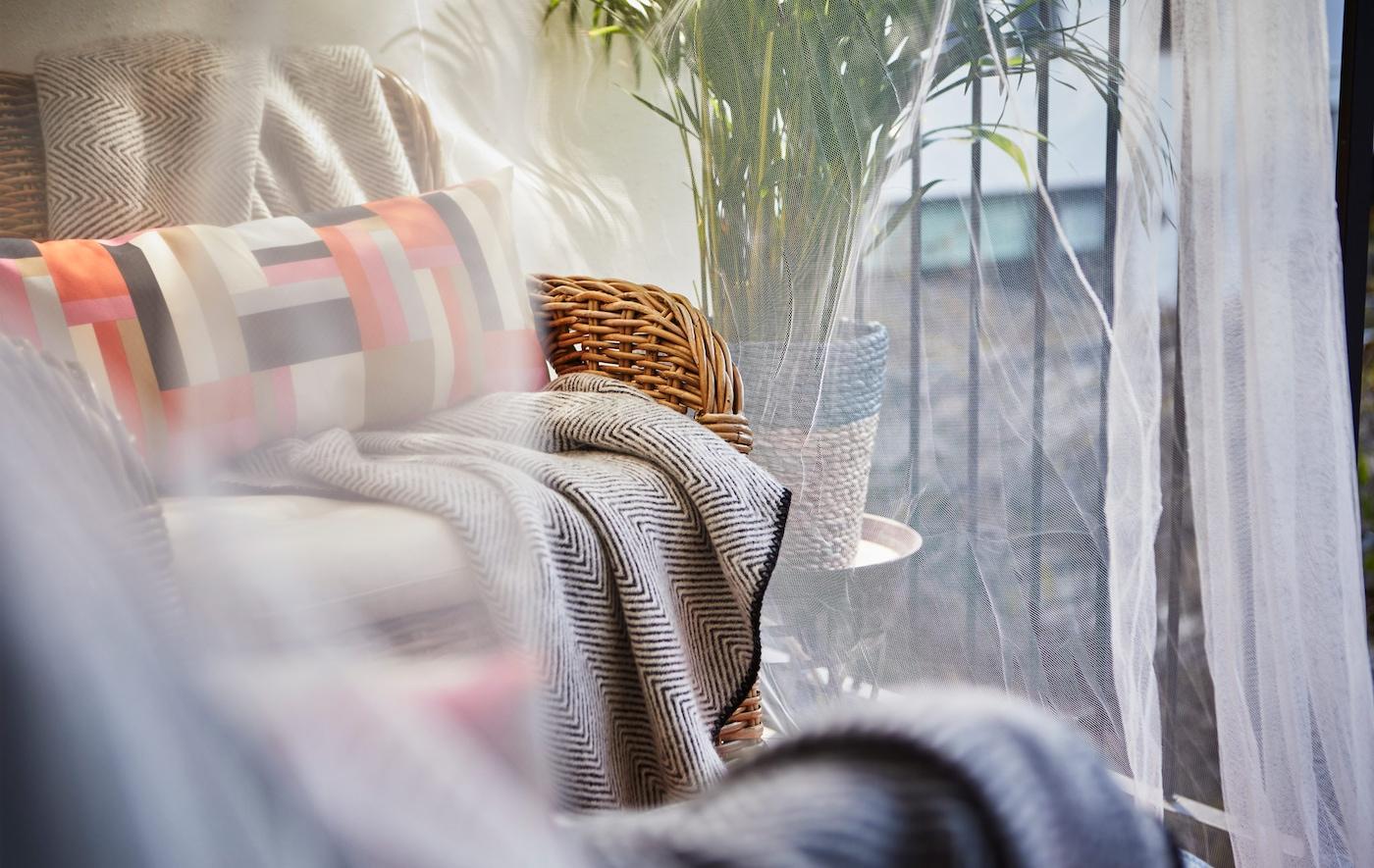 特写:透明纱帐下有一块休息区。
