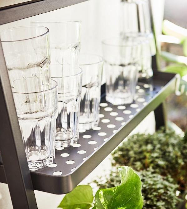 特写:阳台上的搁板上放着堆叠在一起的水杯。