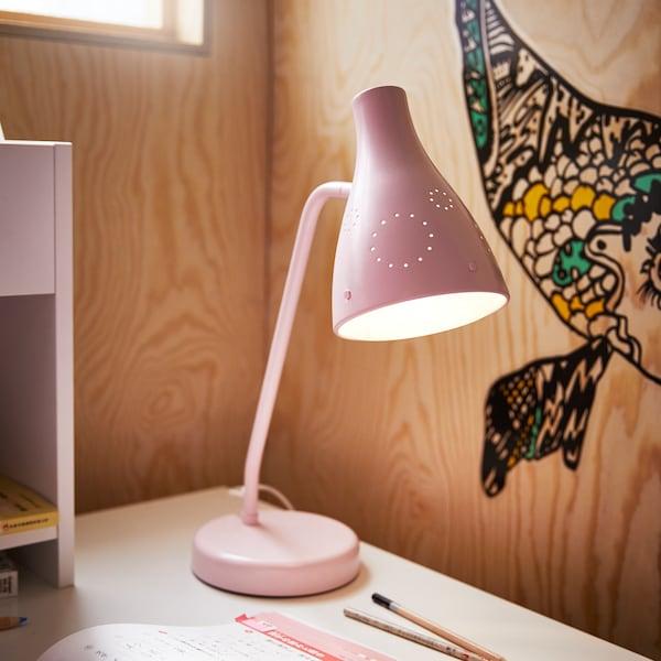 特写:一盏粉红色的工作灯。