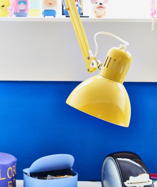 特写:一盏黄色工作灯。