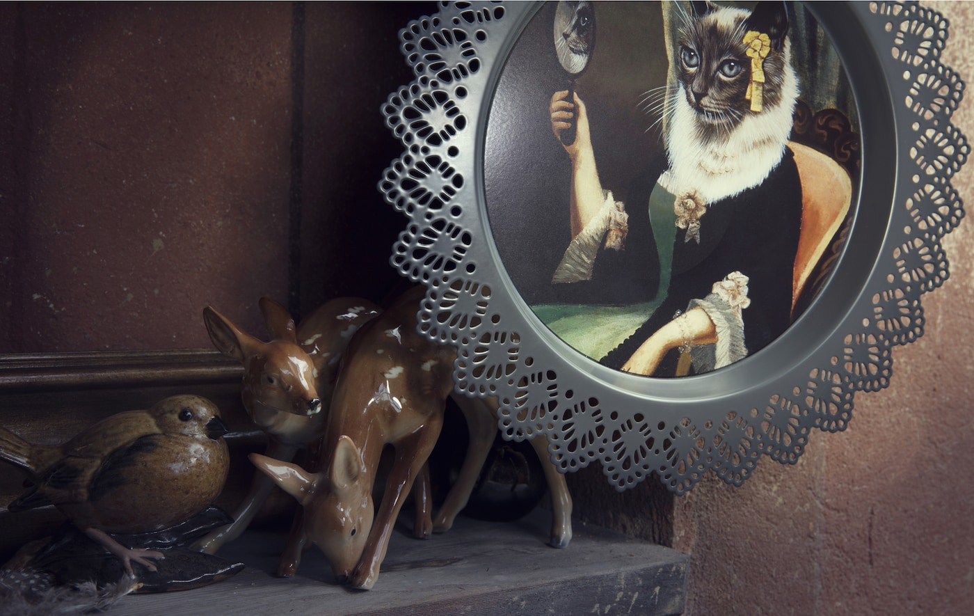 特写:宜家 SKURAR 斯古拉 墙面装饰和一些动物装饰品。