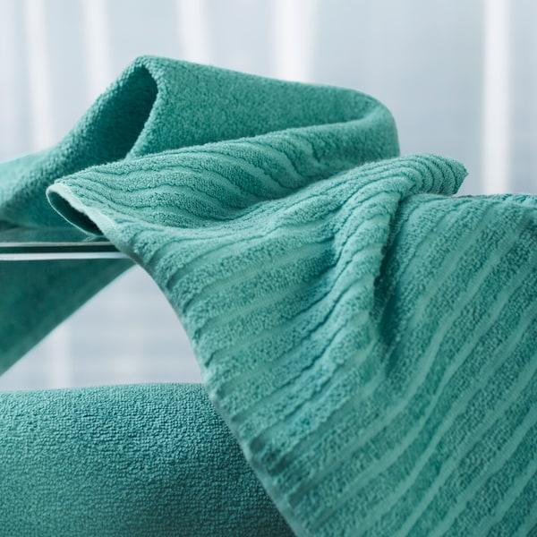 特写:宜家 VÅGSJÖN 沃格逊 青绿色棉质毛巾上的条纹。纯色绒布与条纹绒布相结合,吸水性强,而且快干。