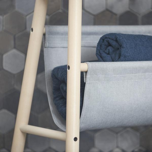 特写:宜家 VILTO 维尔托 储物凳的纺织品袋子,可用于存放毛巾和纸卷。这款浅桦木色的储物凳也可以用作边桌或杂志架。