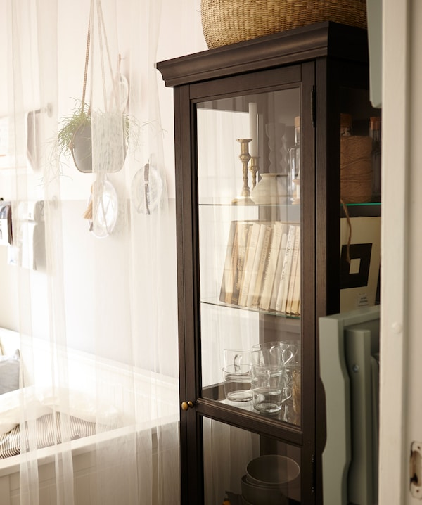 特写:装满书籍、玻璃器皿和其他收藏品的展示柜。