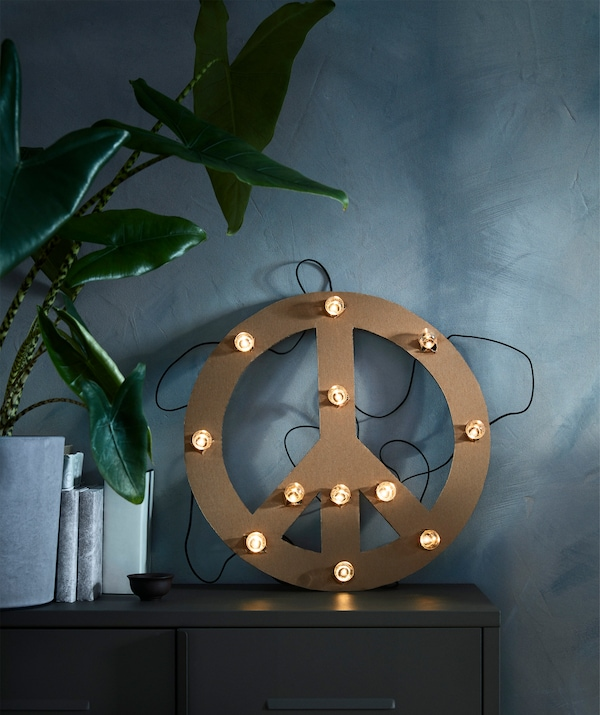 The black, battery operated BLÖTSNÖ LED lighting chain with 12 lights is intended for indoor use.