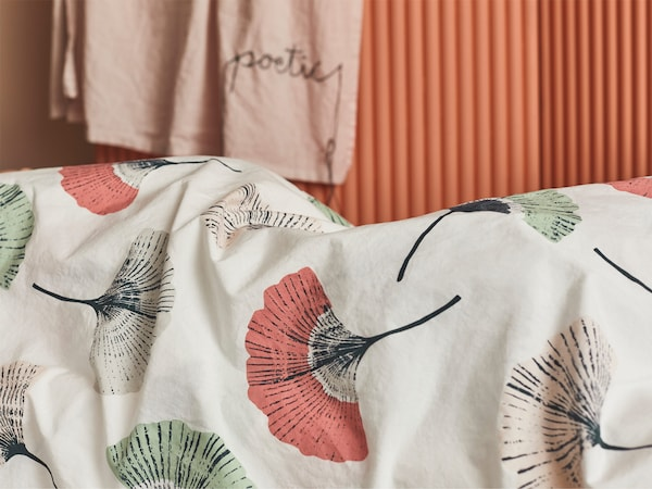 The IKEA TOVSIPPA quilt cover with a floral pattern is made from 100% more sustainable cotton.
