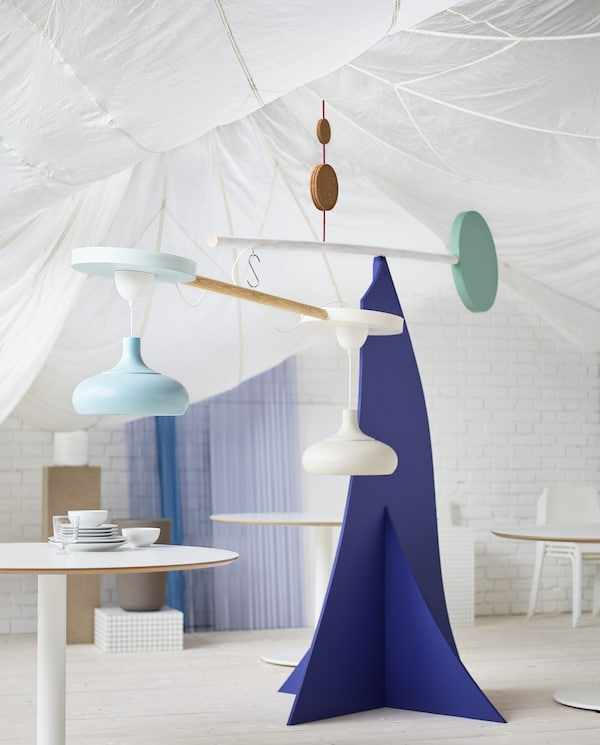 The IKEA VÄXJÖ pendant lamp has a simple, modern and playful design. It comes in beige and light blue.