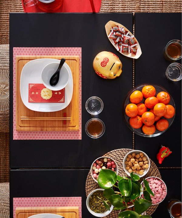 This red GALLRA place mat with a small pattern protects the table top surface and reduces noise.