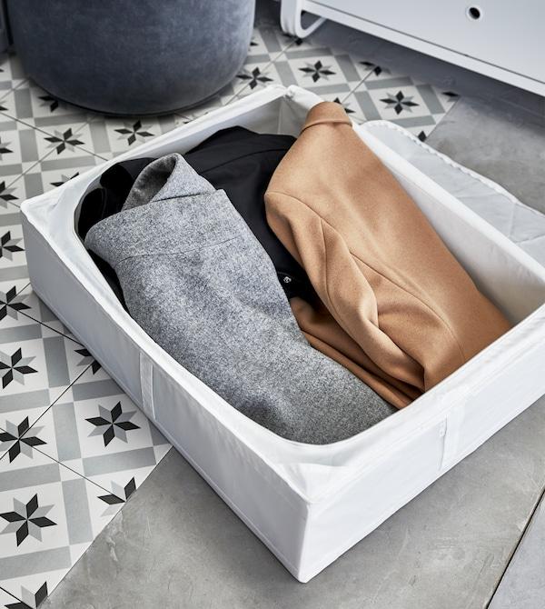 天热的时候可以将冬装收进盒子里,以免空间太过拥挤,并将破损或闲置的衣物束之高阁,直到进行回收利用。
