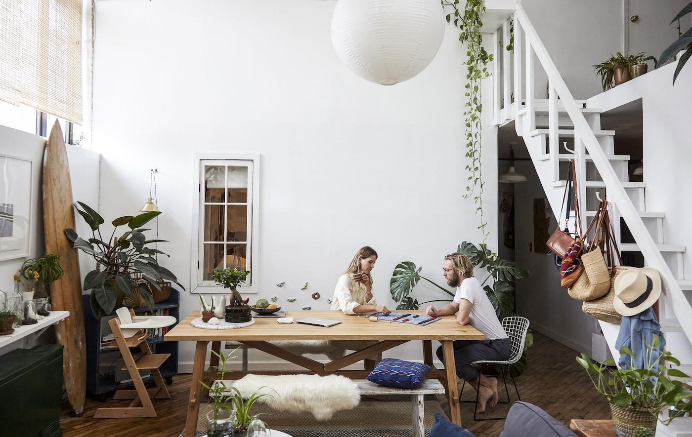 挑选一张多功能桌子
