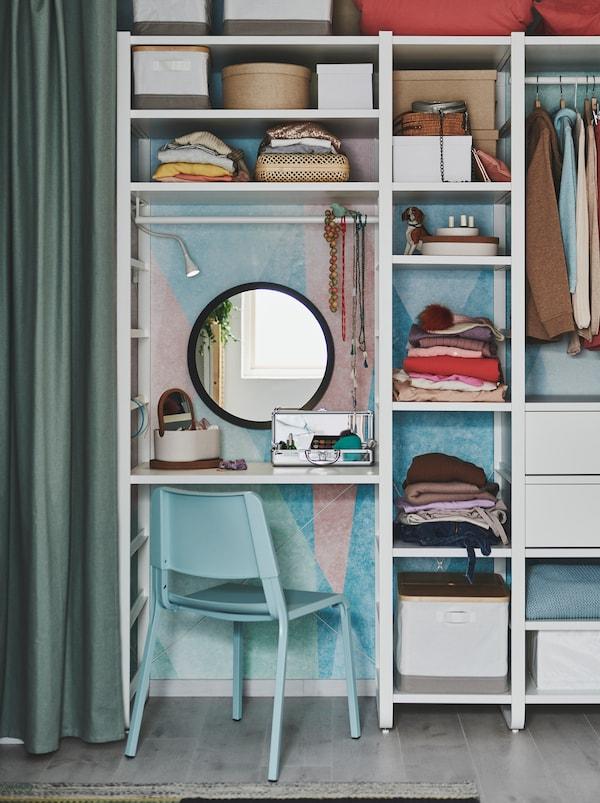 贴墙放置的搁架单元可用作衣柜,其中一部分可以充当带镜子的梳妆台,摆放各种化妆品,搭配TEODORES 帝奥多斯 椅子。