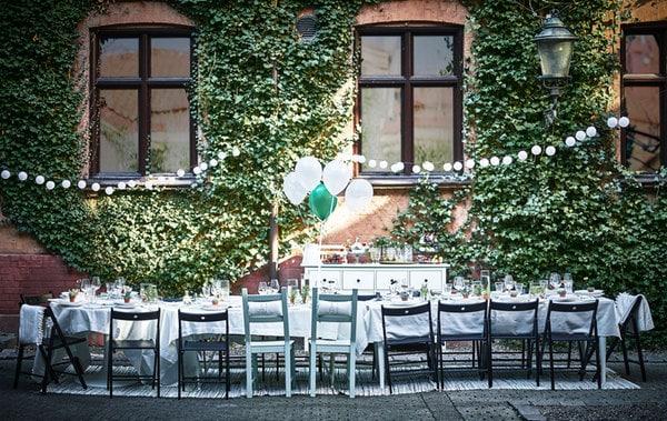 庭院中摆放着一张婚礼餐桌。