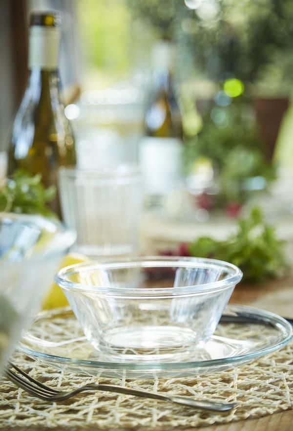 透明玻璃上菜用具与餐具。