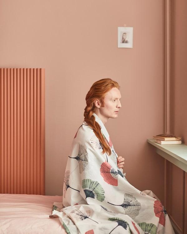 TOVSIPPA 托西帕 被套和枕套采用了优美的装饰图案,一眼看去,仿佛夏花盛开的田野。用这条花卉图案休闲毯给你的卧室增添一点清新、柔和的感觉。