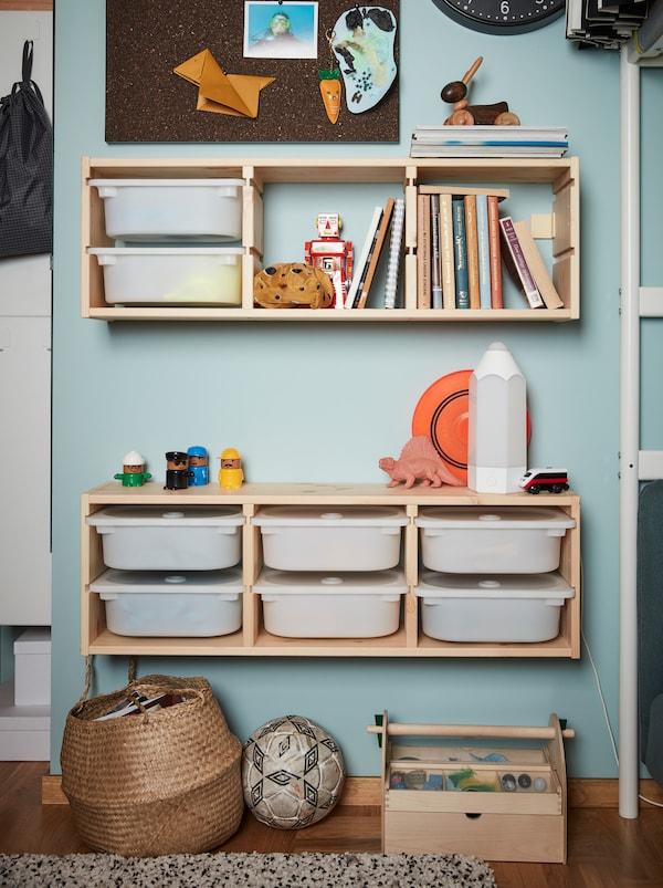 TROFAST 舒法特 儿童系列的两个壁式储物单元,采用木框架和白色塑料储物盒组成。