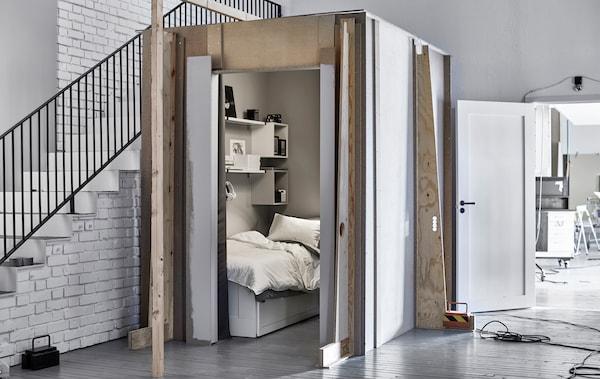 图片:宜家创意实验室楼梯旁的迷你睡眠空间。