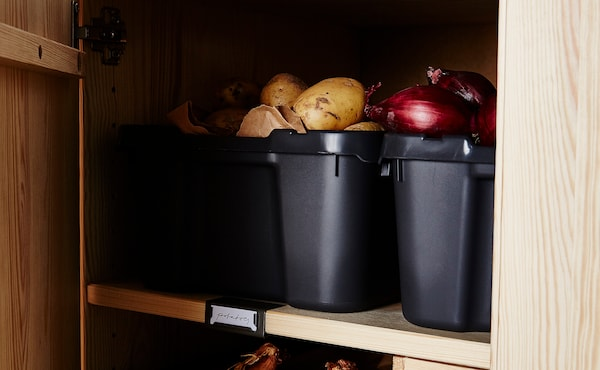 土豆和洋葱可储存在塑料盛具内,放入储物柜。