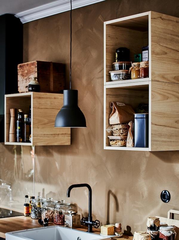 TUTEMO 图特莫 柜子里摆满了各种厨房配件,零落地分布在小厨房上方的A墙壁上。