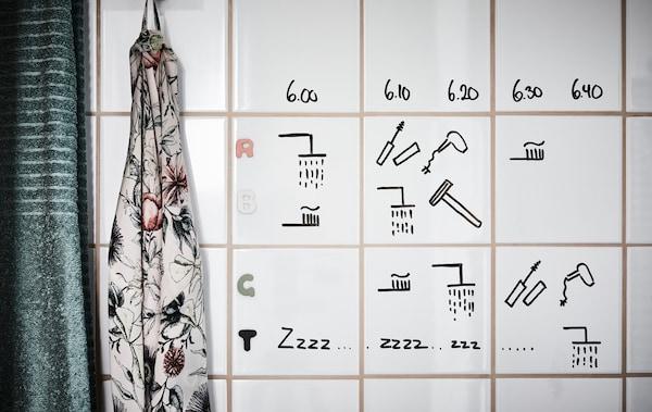 我们有办法避免浴室拥堵。为什么不将个人时间表写在浴室瓷砖上呢?