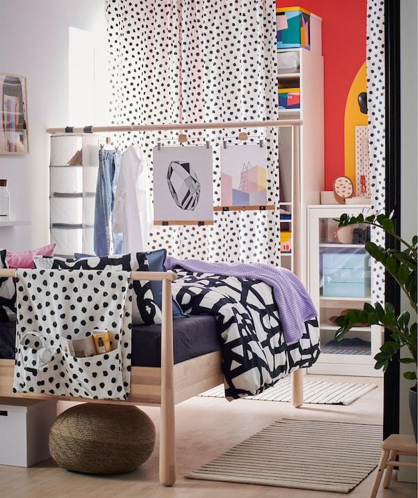 卧室的墙上以及挂帘后方设有开放式和封闭式储物空间。高高的床头板则充当房间隔板。
