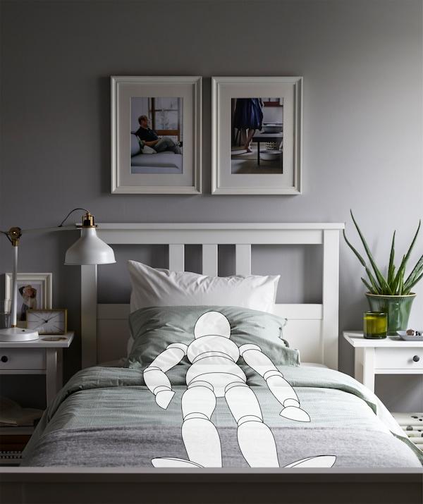 卧室里,一个素描的人对称笔直地躺在床上,房间内饰简单整洁。