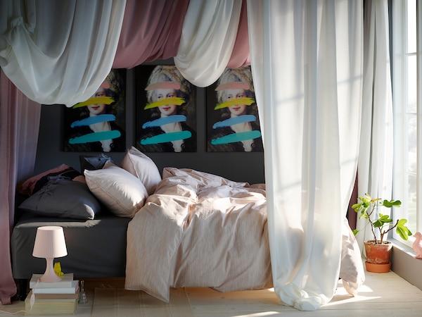 卧室里有一张床,上面铺着 SKOGSALM 斯库森 被套和枕套,大窗户上则挂着 HILJA 茜利亚 窗帘。