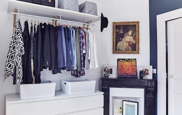 卧室里展示的开放式衣柜