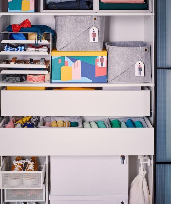 无门衣柜框架里配有各式各样的抽屉和储物盒,且依次装有衣服和配饰。