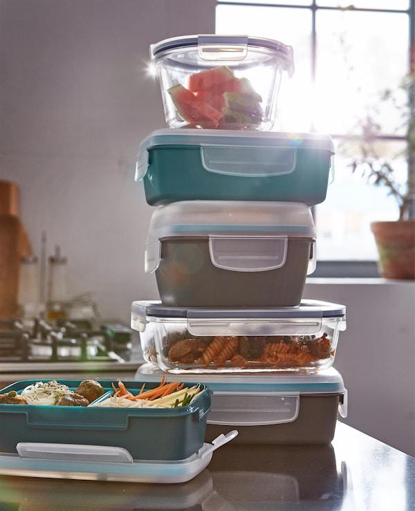 希望有一个分隔午餐盒,将食物分开放置?宜家 FESTMÅLTID 菲玛德 深青绿色午餐盒设有两个可拆卸的内置件,盖子是透明的,可以防漏。宜家有丰富多样的午餐盒,帮助你省钱省时省食物。
