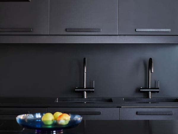 细节图:黑色厨房,搭配由回收PET瓶制成的 KUNGSBACKA 孔巴卡 黑色厨房柜门。