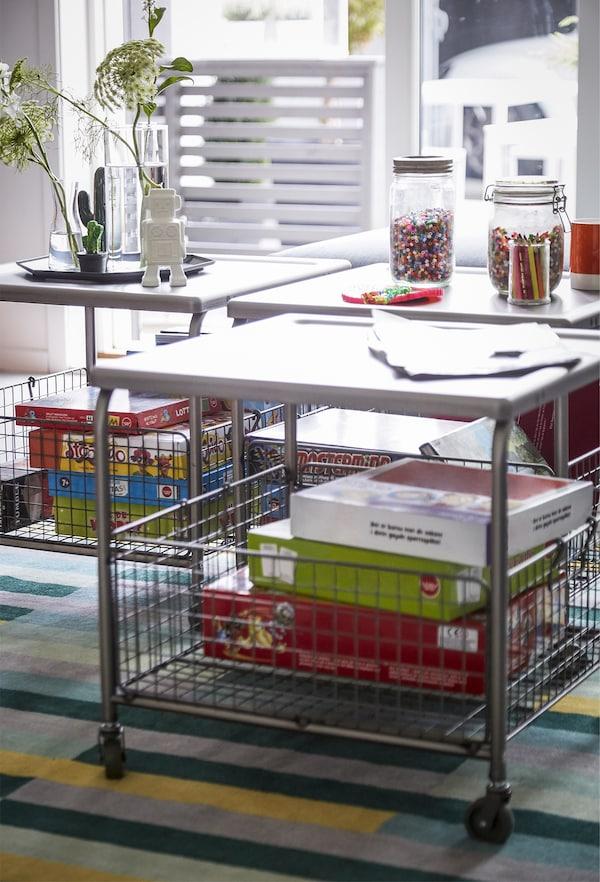 下面带有储物空间的茶几。