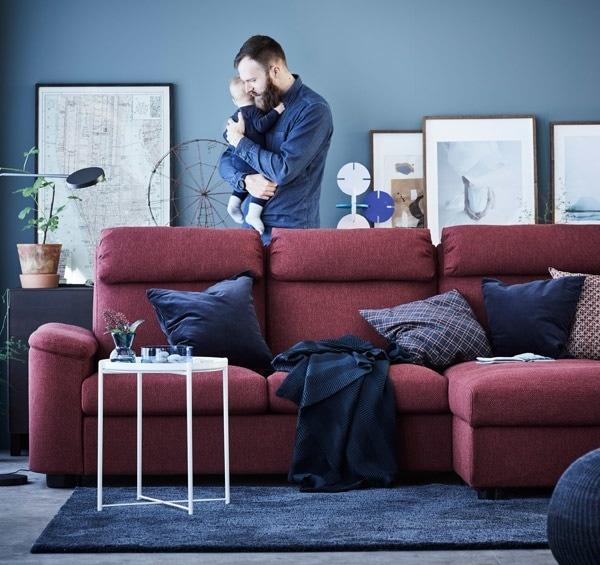 现代风格的 LIDHULT 利胡特 沙发是一款贴地沙发,配有宽大的扶手和贵妃椅,并采用了高靠背和头枕设计,能为你带来极为舒适的享受。
