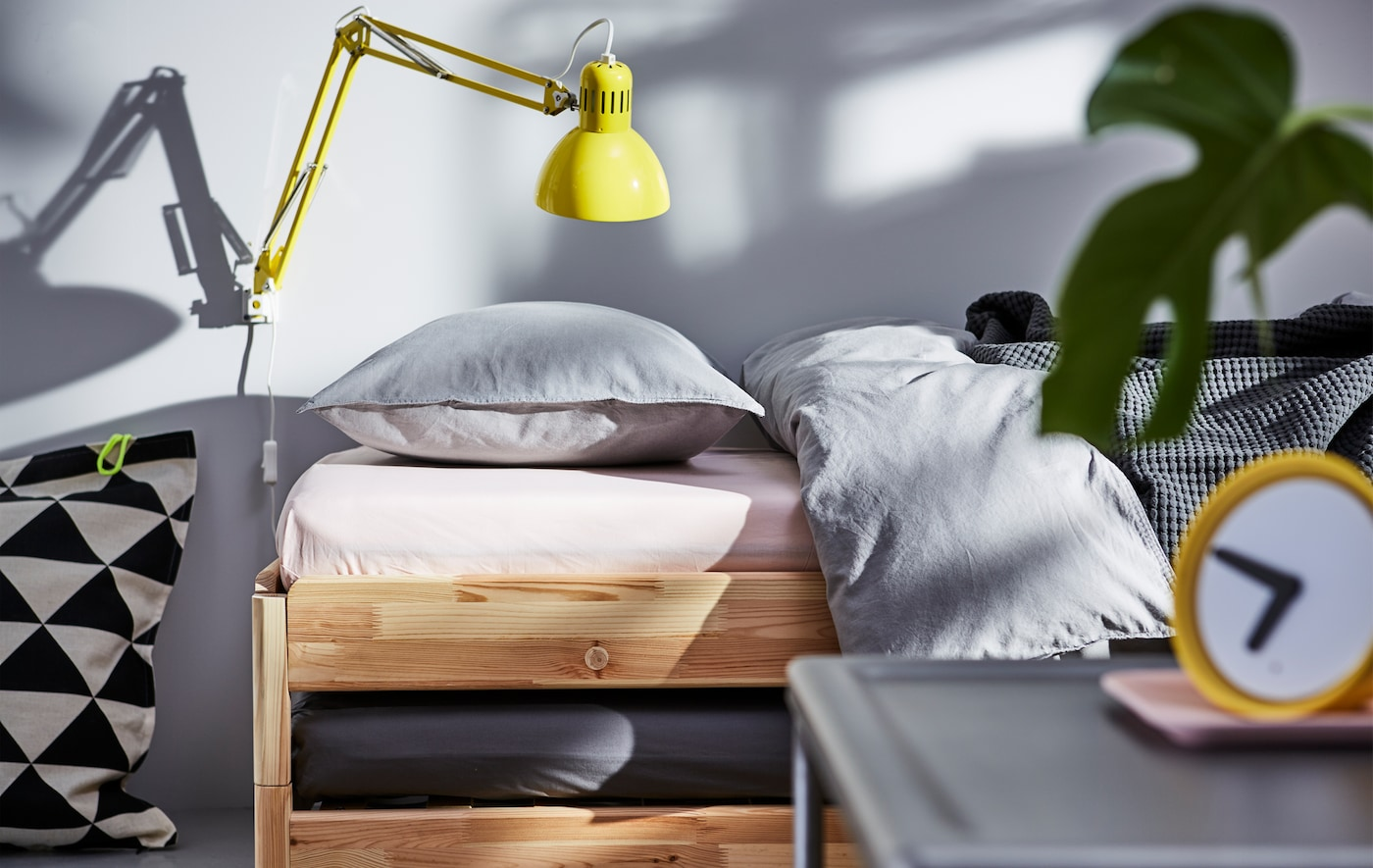 想要了解巧妙的小卧室创意?选择一张可作为床和沙发的两用床,如宜家 UTÅKER 于托克!