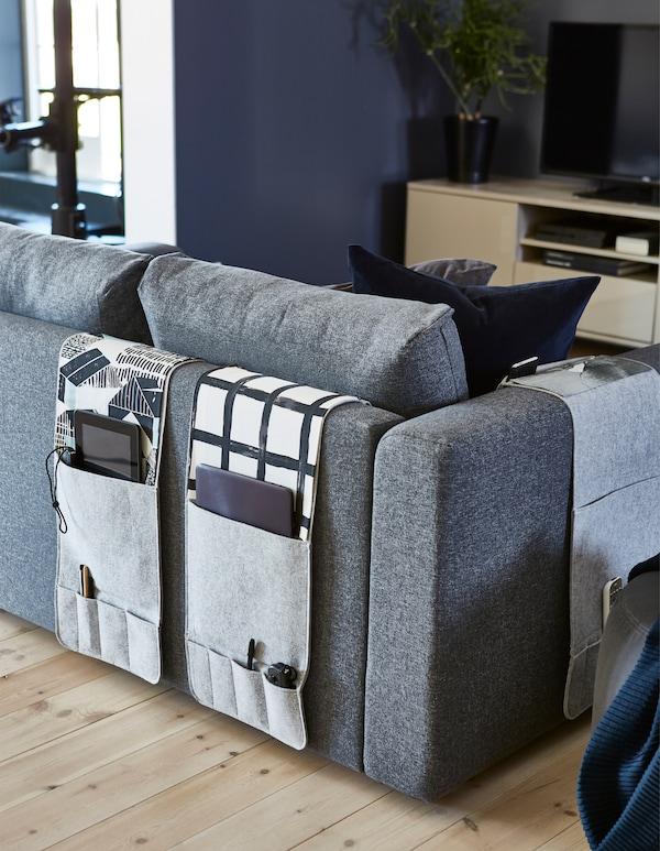 想要一款沙发简易储物袋?IKEA KNALLBÅGE 纳巴格 是一款灰色毛毡悬挂式小件物品储物件,配备口袋,可存放遥控器、杂志和其他物品。你可以将它悬挂在沙发的扶手或靠背处。