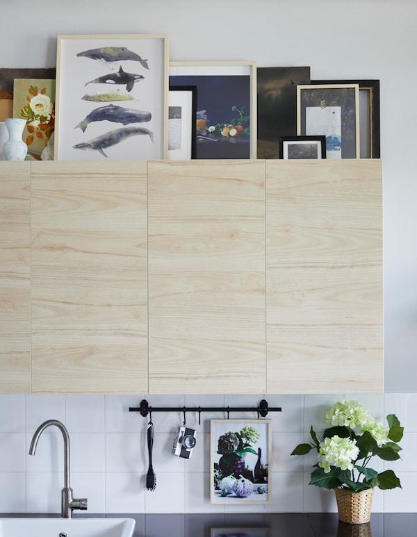 想在厨房添加一些艺术品吗?宜家有许多产品可以选择,特别是放在厨房橱柜顶部,从远处也能轻松看见的产品。想要营造宁静的氛围,可以选择一到两个画框装饰,比如充满现代感的 HOVSTA 霍斯达 桦木画框。