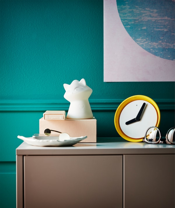 想在房间里放上一只装饰用的浣熊吗?宜家 LURIGA 鲁里加 LED夜灯采用白橡胶制成,形似一只小浣熊。虽然这款夜灯专为儿童设计,但他造型优雅、外观简洁,同样适用于摆放在储物柜或床边桌上。