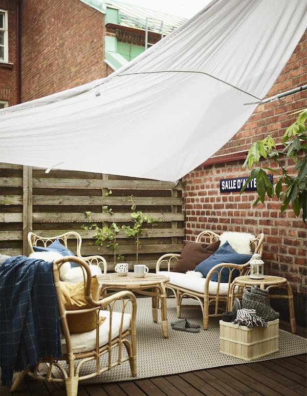 想在阳台上打造一个遮挡烈日的户外座椅区?不妨用设计巧妙的凉篷!宜家 DYNING 黛林 凉篷选用优质布料,能有效遮挡太阳紫外线,UPF(紫外线防护系数)达25以上。