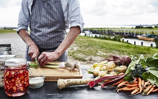 向厨师Martin Sjöstrand学习如何腌制瑞典风味食物。