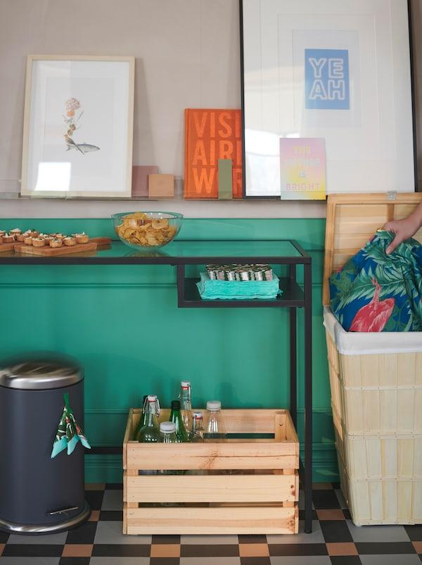 小吃桌边搭了一个临时的回收站:MJÖSA 米约萨 箱子回收餐巾,KNAGGLIG 卡纳格 箱子回收瓶子,BRANKIS 班克斯 篮子存放待洗衣物。