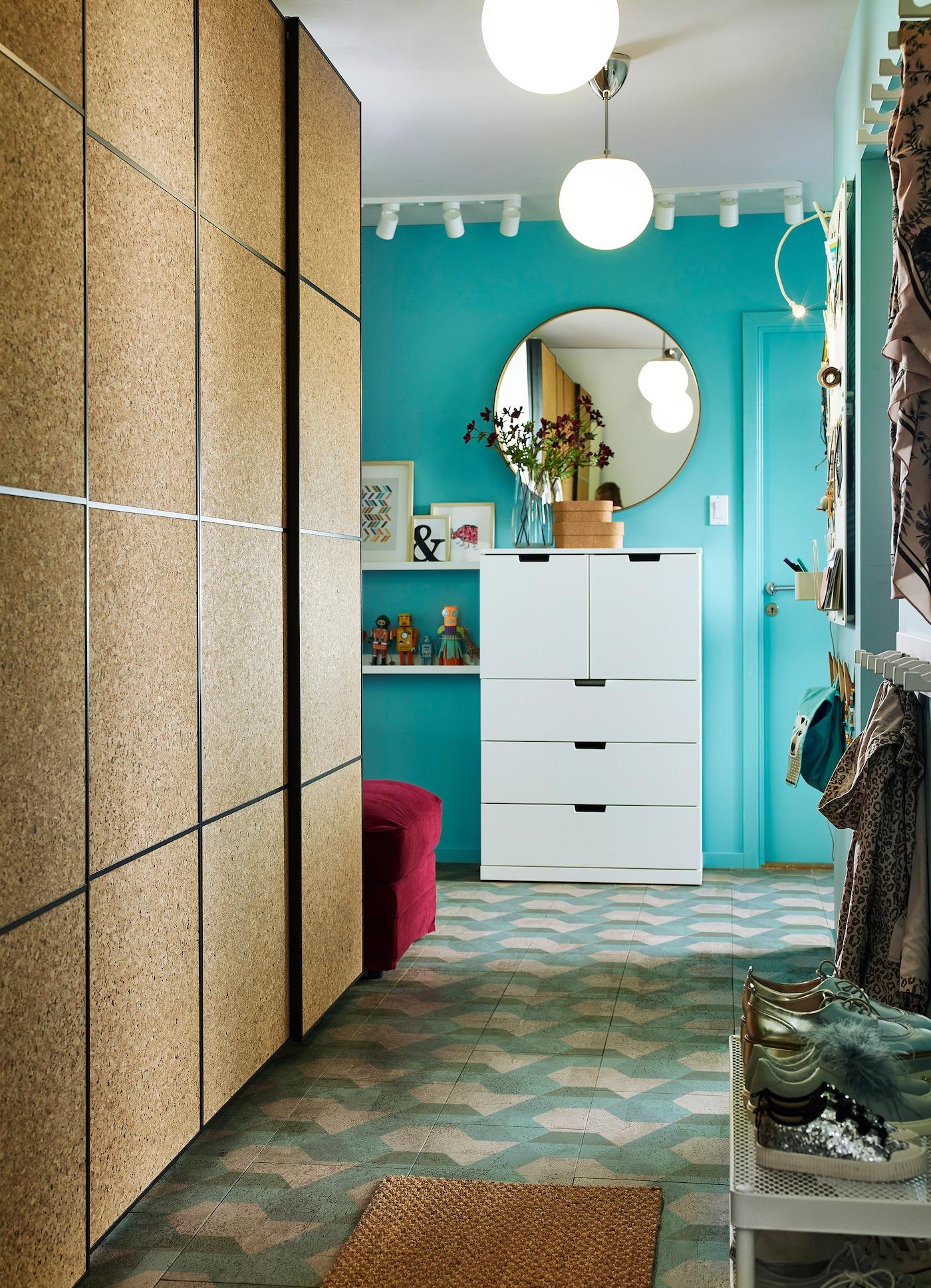 小门厅里摆放着用于存储衣物的宜家 PAX 帕克思 衣柜,带 KIRKENES 科克尼斯 软木滑门。这款产品便于家庭展示其孩子的创意之作。