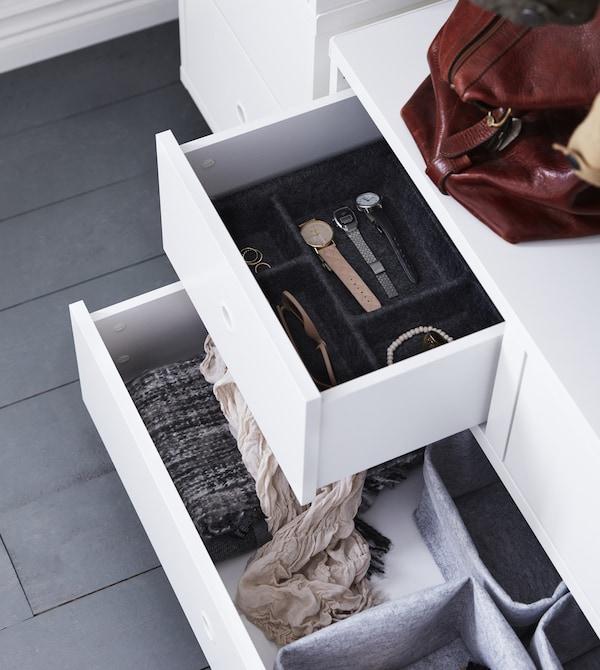 需要为狭小门厅寻找一个巧妙的储物解决方案?用宜家的储物产品来收纳整理吧!把配饰或贵重的表放在不同的托盘和篮子里。这样可以轻松保持井然有序,还便于找到想找的物品。