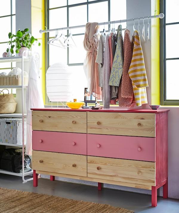 需要卧室储物创意?将衣物放在实木抽屉柜(TARVA 塔瓦)中。我们搭配使用了红色和粉色油漆,为其增添了一丝个性!